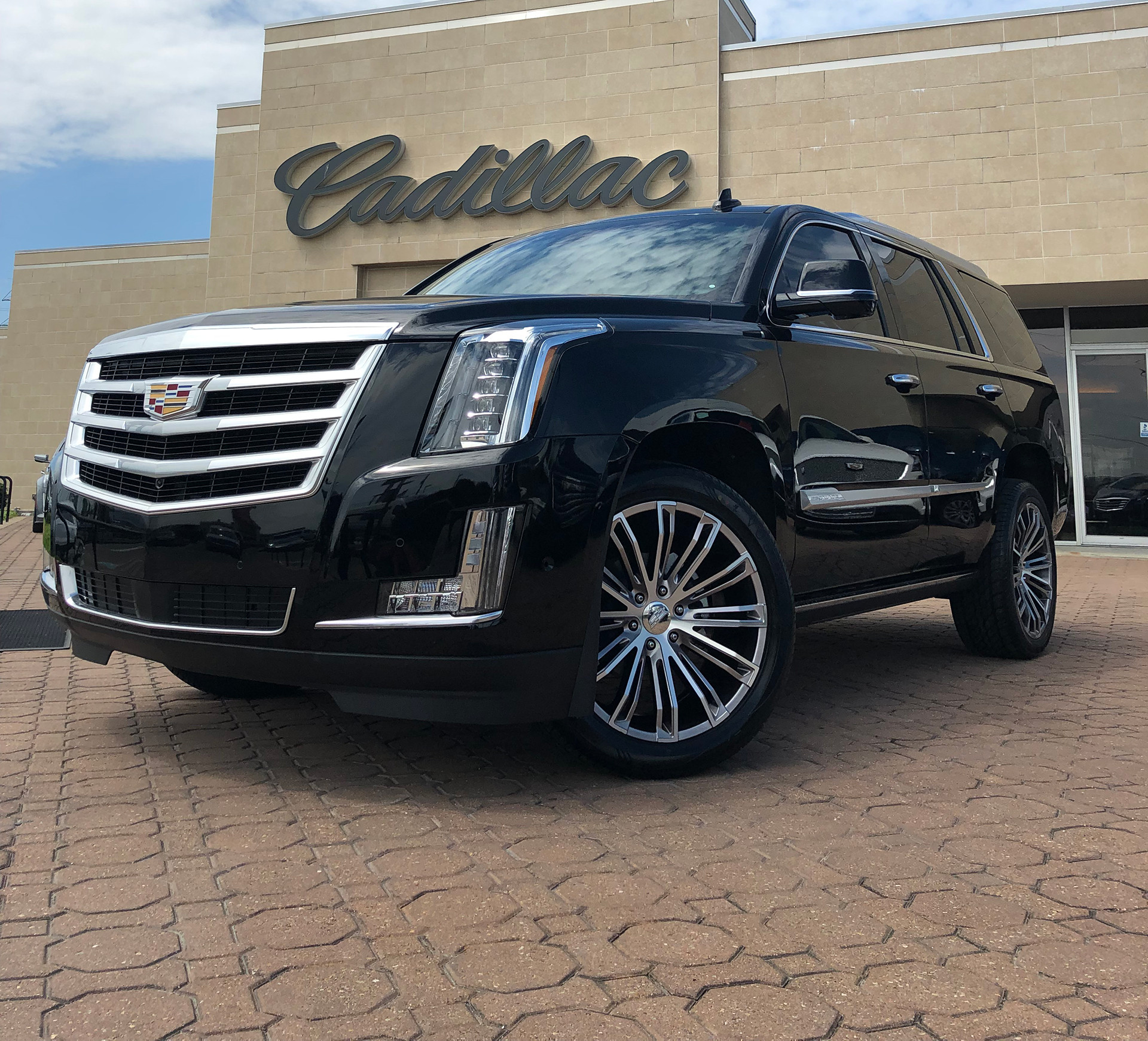 Cadillac Escalade with Custom VT 386 Polish face & Hyper Silver painted pockets